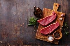 未加工的新鲜的肉Striploin牛排和调味料 库存图片