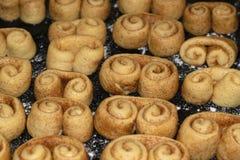 未加工的曲奇饼面团用桂香在等待brezel的形状在烤箱形成了被烹调 图库摄影