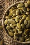 未加工的有机南瓜Pepita种子 免版税库存照片