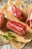未加工的有机牛肉牛排骨 免版税库存照片