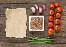 未加工的有机荞麦、菜和纸 图库摄影