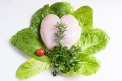 未加工的未煮过的鸡胸脯用在白色织地不很细背景的沙拉 库存照片