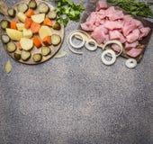未加工的火鸡用西红柿酱,胡椒,香料,炖煮的食物木土气背景顶视图关闭的草本成份边界, pl 免版税库存图片