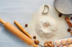 未加工的烘烤成份和辅助部件面团的与拷贝空间:滚针、鸡蛋、姜、茴香星、桂香和bakewares 免版税库存照片