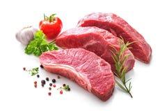 未加工的烤牛肉肉片断与成份的 库存图片