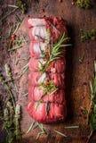 未加工的烤牛肉,在木背景的准备 免版税库存图片
