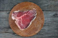 未加工的片断干年迈的上等腰肉牛排 免版税库存照片