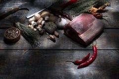 未加工的牛排,为烤,盐,胡椒,蘑菇,大蒜, tym,肉砍刀的轴准备在木背景的 免版税库存照片