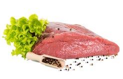未加工的牛肉、瓢用另外胡椒和lettu一个大片断  免版税图库摄影