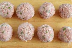 未加工的牛肉丸子用薄菏和米在一个木切板 逐步烹调 传统希腊食物 免版税库存照片