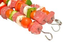 未加工的牛肉和菜Kebabs 免版税图库摄影