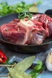 未加工的牛肉小腿片断Osso的Buco和小树枝迷迭香 库存图片
