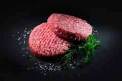 未加工的牛肉汉堡包小馅饼用香料 库存图片