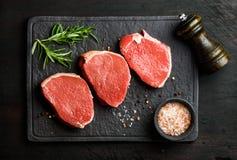 未加工的牛肉眼睛牛之后腿肉用香料和迷迭香 图库摄影