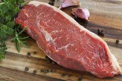 未加工的牛腰肉排用草本 免版税库存图片