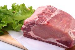 未加工的猪排用草本和香料在切板 为烹调准备 库存照片