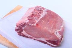 未加工的猪排用草本和香料在切板 为烹调准备 免版税图库摄影