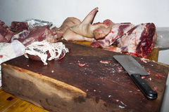 未加工的猪肉在一把木地板和砍肉刀上新近地切开了 库存照片