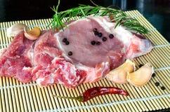 未加工的猪肉牛排准备好烹调用辣椒和迷迭香 库存图片