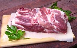 未加工的猪肉脖子剁肉用荷兰芹草本在石背景离开 为烹调准备 免版税库存图片
