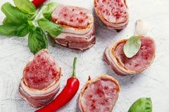 未加工的猪里脊肉大奖章用被包裹的烟肉 免版税库存照片