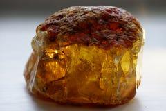 未加工的琥珀色,黄色石头,俄罗斯 免版税库存照片