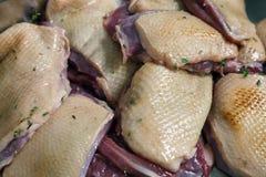 未加工的用卤汁泡的红色鸭肉裁减成片断用麝香草,盐和 免版税库存照片