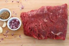 未加工的空白的牛排用法国青葱、芥末和大蒜 库存照片