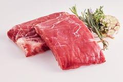 未加工的精瘦的牛后腹肉排的两个长方形部分 免版税库存照片