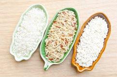 未加工的糙米、未加工的黏米饭和未加工的米 免版税库存照片