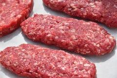 未加工的红肉长的kebabs,在羊皮纸的炸肉排 库存图片