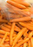 未加工的红萝卜健康菜在市场上当食物背景 免版税库存图片