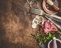 未加工的羊羔肋骨和格栅或者BBQ调味汁与厨具厨房器物有调味料的在木背景,顶视图 库存图片