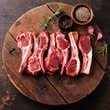 未加工的羊羔肋骨用胡椒和小茴香 库存图片