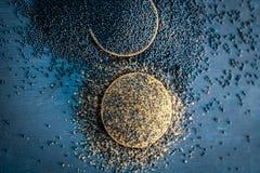 未加工的芥菜籽、Sarso或者rai木表面与黑暗的哥特式颜色,它的植物种子上是矿物的一个富有的来源这样a 库存照片