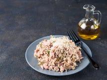 未加工的荞麦意大利煨饭用鸡肉和迷迭香 库存图片