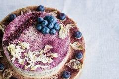 未加工的蓝莓乳酪蛋糕 健康手工制造点心 奶油被装载的饼干 免版税库存图片