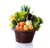 未加工的蔬菜品种在篮子的 库存照片