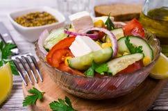 未加工的蔬菜沙拉在油的 免版税库存照片