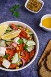 未加工的蔬菜沙拉在油的 库存图片