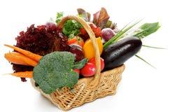 未加工的蔬菜篮子 库存图片