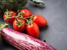 未加工的蔬菜,在黑暗的香料的混合与盐的 库存照片