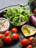 未加工的蔬菜,在黑暗的香料的混合与盐的 库存图片