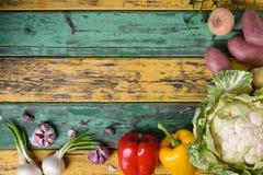 未加工的蔬菜 烹调在五颜六色的桌的健康素食主义者成份 有机食品框架 顶视图,拷贝空间 免版税库存照片