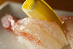 未加工的虾寿司用柠檬 免版税库存图片