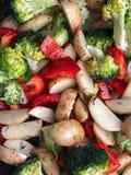 未加工的被切的裁减菜:硬花甘蓝,土豆,与spic的辣椒粉 免版税图库摄影