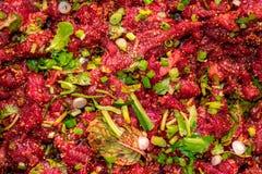 未加工的辣泰国剁碎的牛肉沙拉,东北泰国食物文化 免版税库存照片