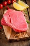 未加工的金枪鱼内圆角用莳萝、柠檬和西红柿 免版税库存照片