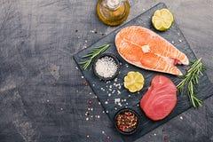 未加工的金枪鱼和鲑鱼排 免版税库存图片
