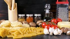 未加工的面团品种在桌上的在晚餐的其他成份旁边 股票录像
